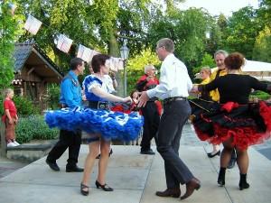 Square Dancer tanzen in ihren traditionsrechen Kostümen, die Petticoats der Damen schwingen